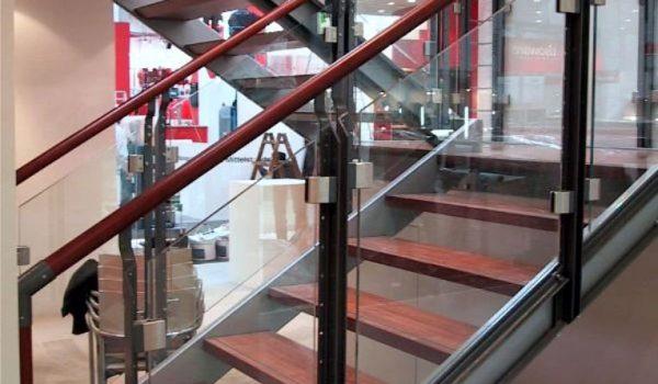 VSG-13-Glas-Handlauf-und-Stufen-Kirschbaum-gebeizt_Messestahl