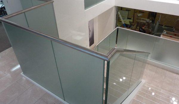 unten eingespannte Glasbrüstung satiniert Edelstahlhandlauf_doppelstock messebau